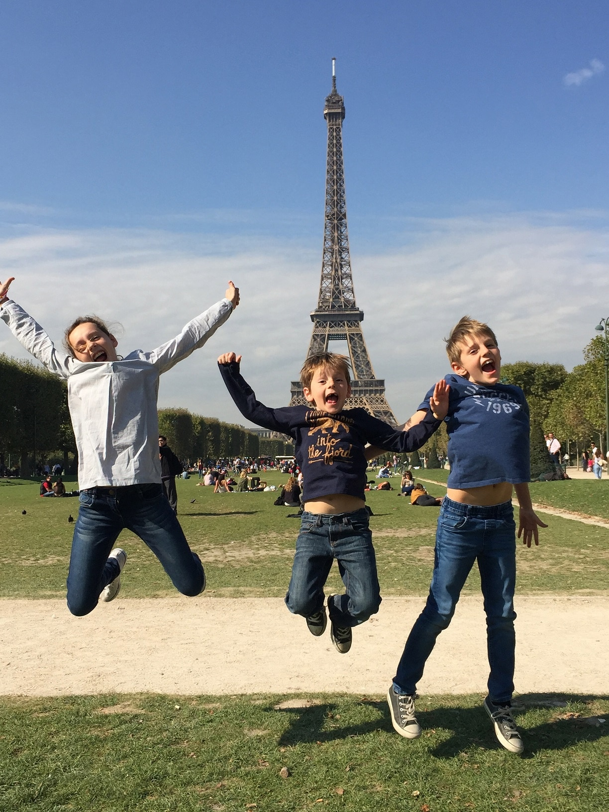 Enfants devant la tour eiffel Paris